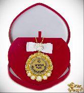 Медаль с Розочками и бантом на цепочке Золотая мама (футляр сердце)