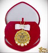 Медаль с Розочками и бантом на цепочке Самой лучшей маме на свете (футляр сердце)