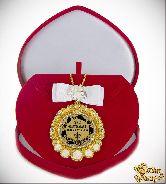 Медаль с Розочками и бантом на цепочке Самая обаятельная (футляр сердце)