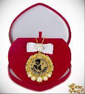 Медаль с Розочками и бантом на цепочке Самая достойная (футляр сердце)