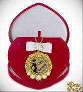 Медаль с Розочками и бантом на цепочке Самая заботливая (футляр сердце)