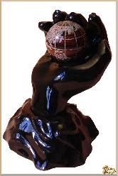 Глобус и мяч Земля в руке из обсидиана