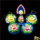 """Набор деревянных елочных шаров с куклой в кокошнике """"Жостово на голубом"""""""