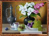 Букет красивых цветов и виноград
