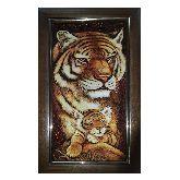 Тигрица с тигренком из янтаря